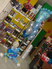 Πριγκιπάκος που κραταέι μπαλόνια με ήλιον και πατούσα
